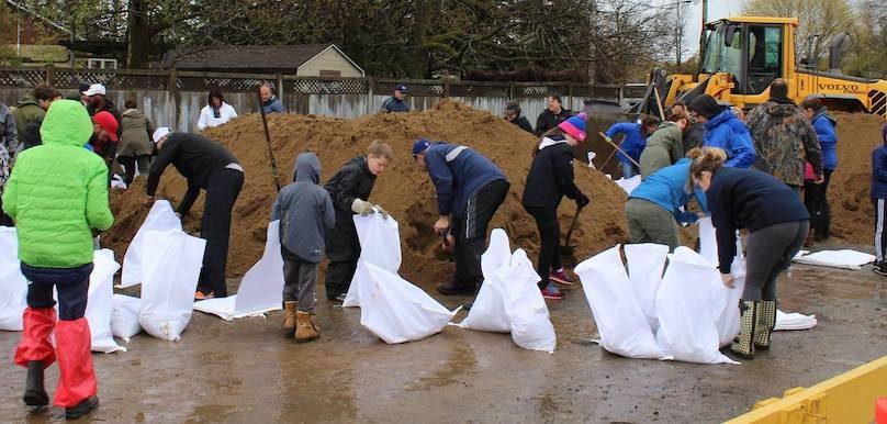 citoyens benevoles pour faire sacs de sable pour contrer inondations mai 2017 photo Facebook Ville Vaudreuil-Dorion
