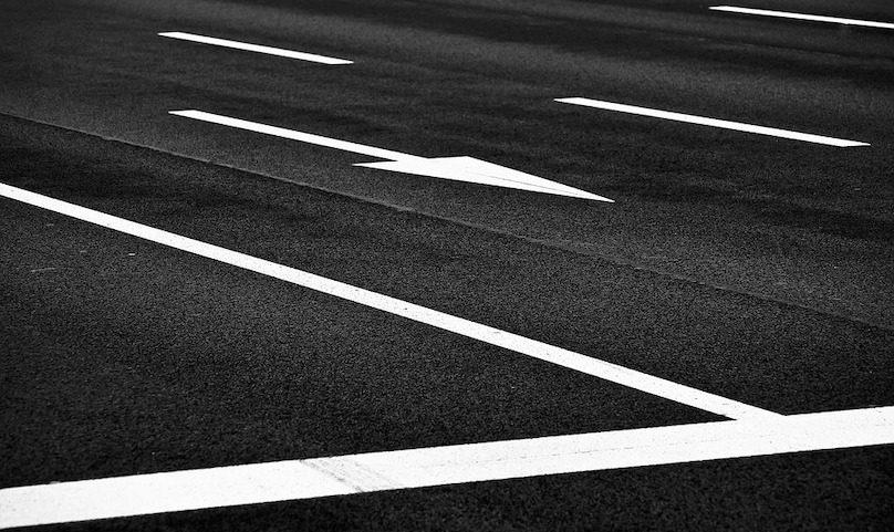 asphalte ligne blanche sol fleche Photo MichaelGaida via Pixabay et INFOSuroit