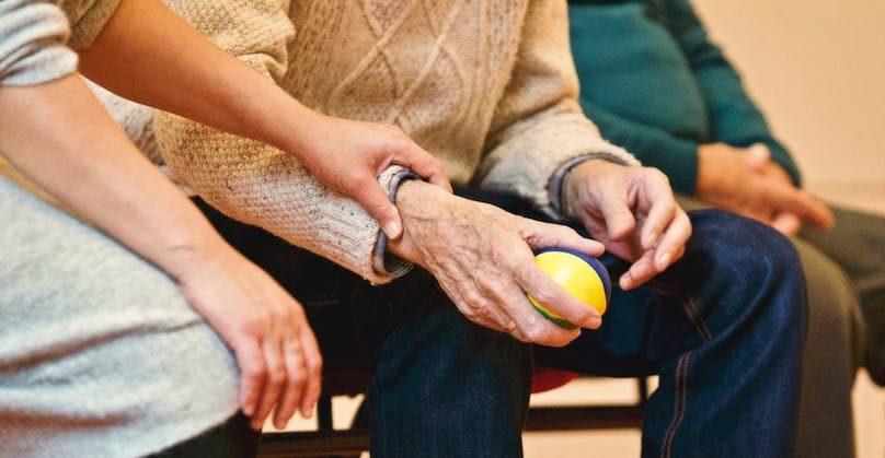 personne agee avec proche aidant vieillesse photo Matthias_Zomer via Pexels_photos et INFOSuroit