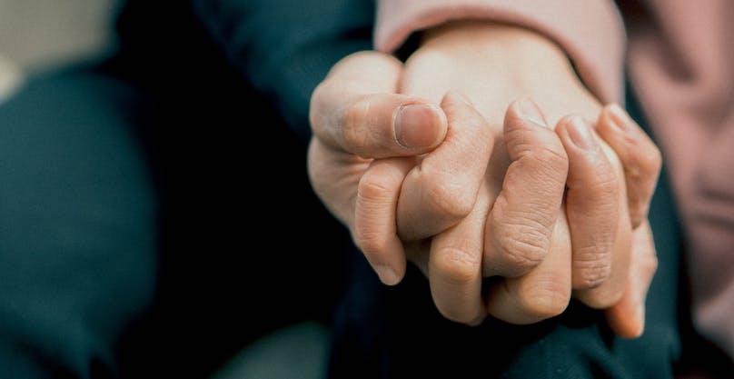 support aide proche aidant mains soutien photo Son_Bom via Pexels_photos et INFOSuroit