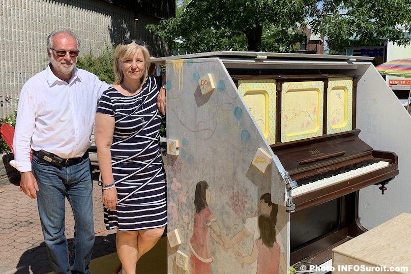 Beauharnois maire BTremblay et artiste LDesrochers piano public place ephemere photo INFOSuroit
