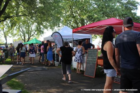Fete Gourmande Beauharnois 2017 kiosques et visiteurs photo JH INFOSuroit
