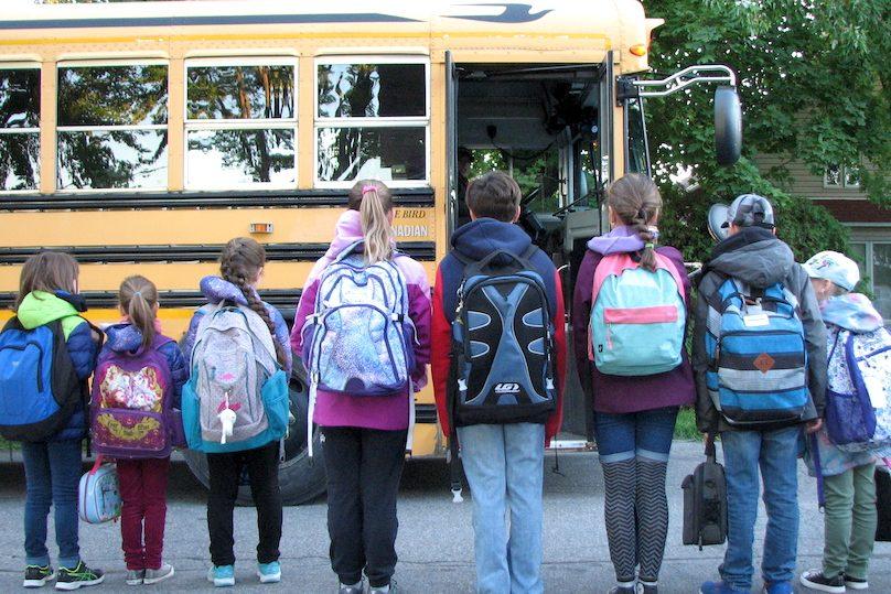 Sapin du Petit Bonheur distribution sac_a_dos 2019 enfants et autobus scolaire photo courtoisie publiee par INFOSuroit