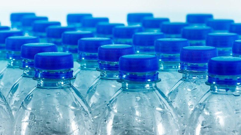 bouteilles-d-eau en plastique avec bouchons bleus photo Fotoblend via Pixabay et INFOSuroit