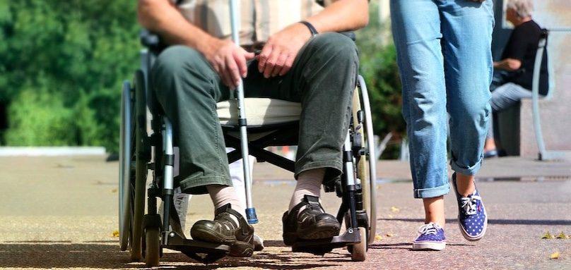chaise roulante fauteuil roulant canne handicap photo KlimKin via Pixabay et INFOSuroit