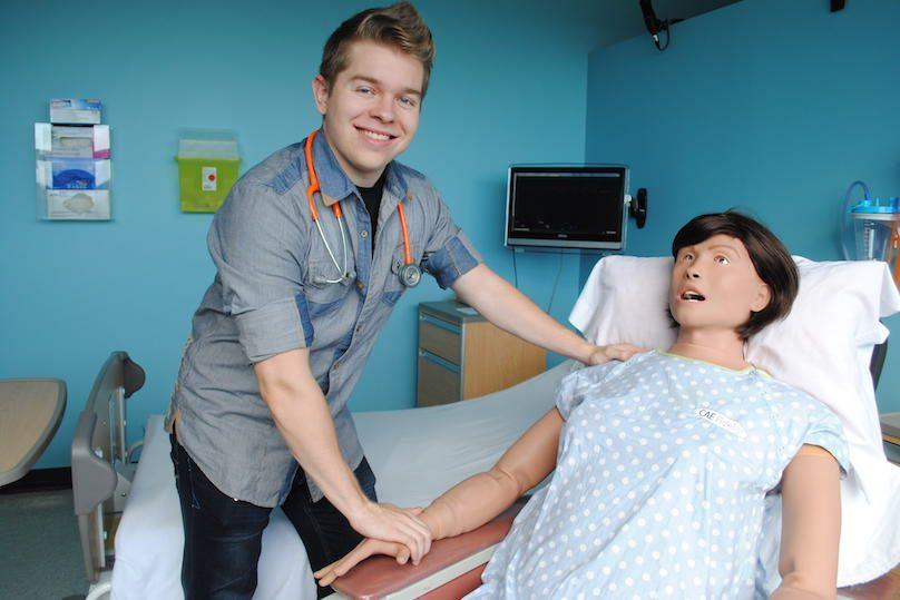 etudiant en Soins infirmiers avec mannequin Lucina photo via Cegep de Valleyfield ColVal