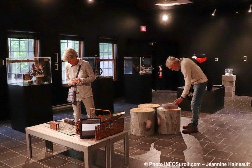 expo Objets de memoire artefacts et visiteurs photo JH INFOSuroit