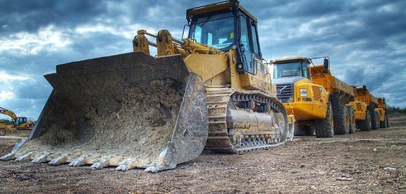machinerie excavatrice camions travaux infrastructure photo AlexBanner via Pixabay et INFOSuroit
