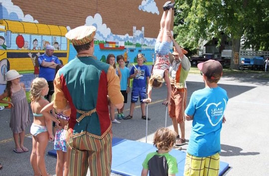 Fete-familiale-de-St-Louis-de-Gonzague-acrobates-enfants-photo-courtoisie-SLG