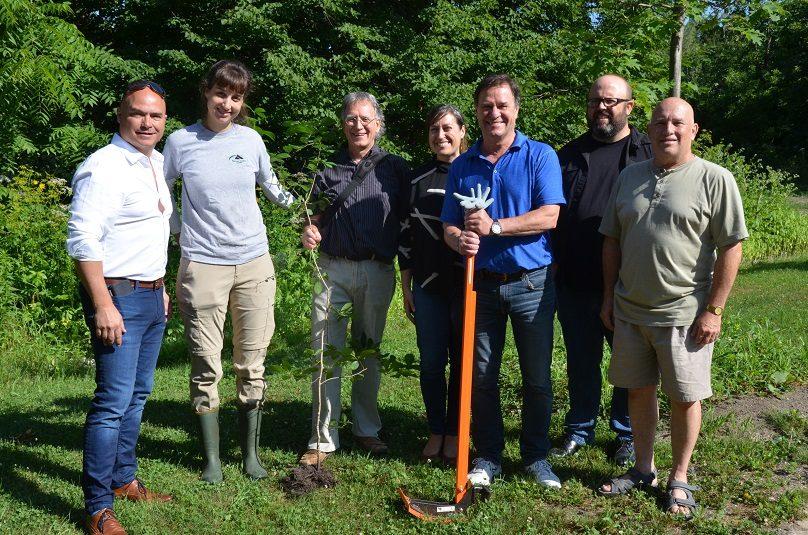 arrachage Nerprun a Chateauguay avec maire conseillers avec Nature-Action Qc et Heritage St-Bernard photo via VC