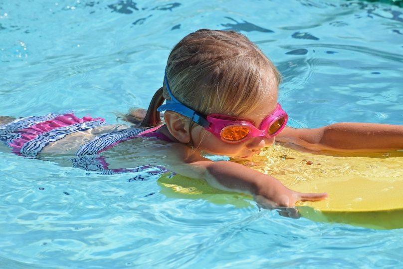 baignade piscine enfant flotteur lunette photo LeoleoBobeo via Pixabay et INFOSuroit