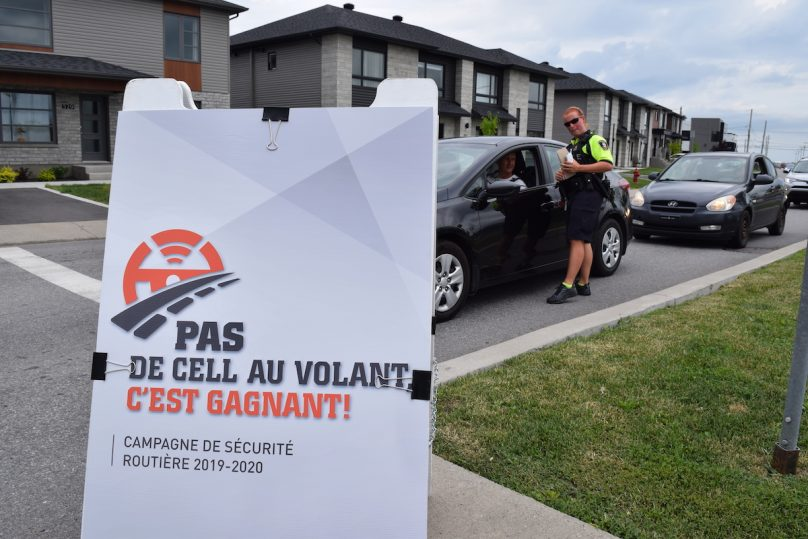 campagne securite Pas de cell au volant agent police Chateauguay avec automobiliste photo via MRC