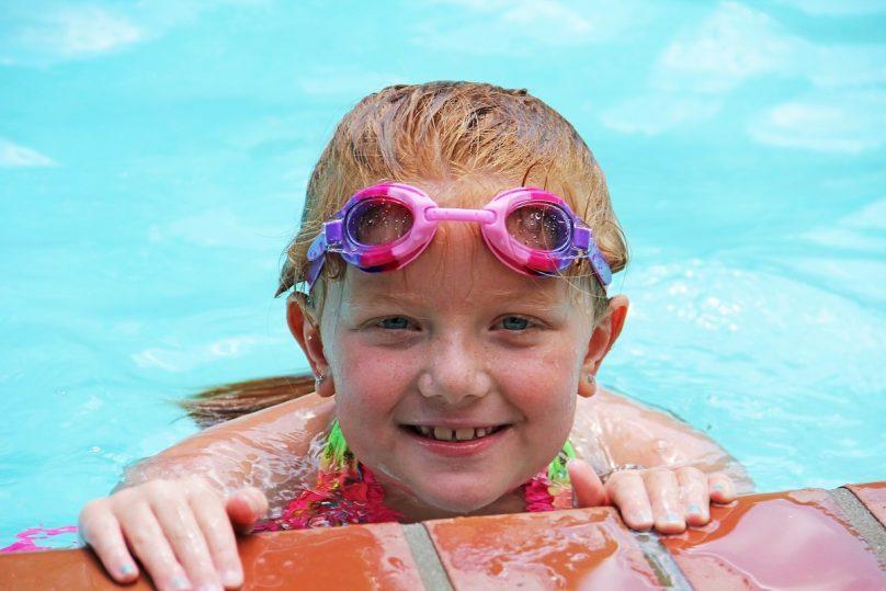 enfant baignade piscine chaleur ete photo Glynn424 via Pixabay et INFOSuroit