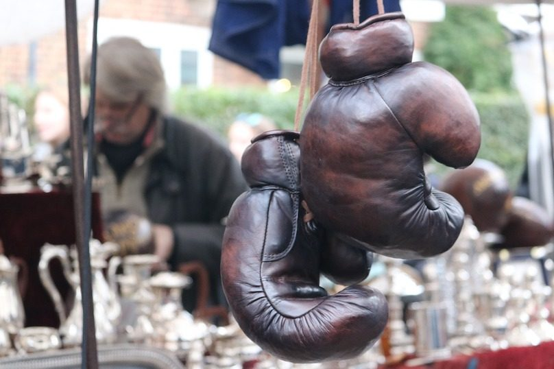 vente de garage marche aux puces aubaines gants boxe photo SweetMellowChill via Pixabay et INFOSuroit