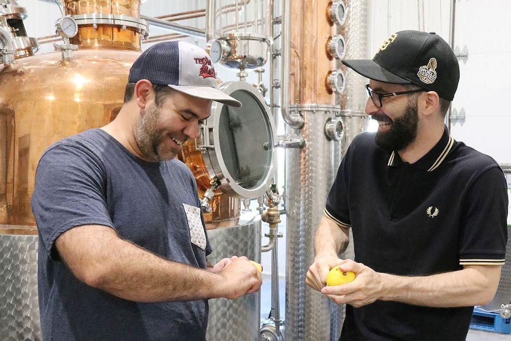 DominicProulx et MathieuCaron Distillerie 3 Lacs devant alambic photo via SADC