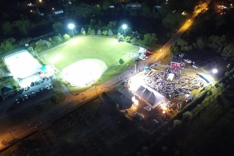 Festival-Stephanois-vue-aerienne-terrain-dek-hockey-et-balle-molle-chapiteau-secene-photo-via-MRC