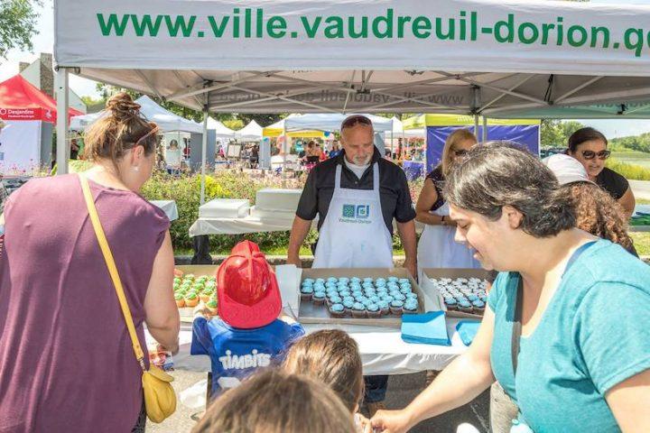Fete du citoyen 2018 distribution de cubcakes avec maire et elus Ville Vaudreuil-Dorion