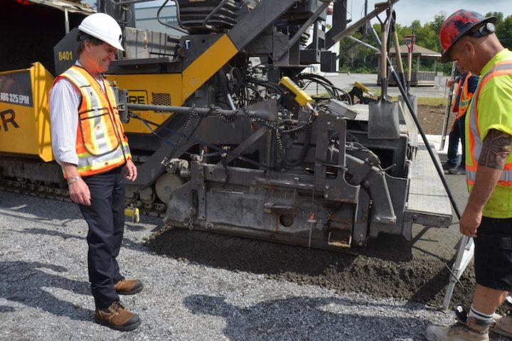 PProuthier maire Chateauguay visite chantier boul Industriel aout2019 photo courtoisie