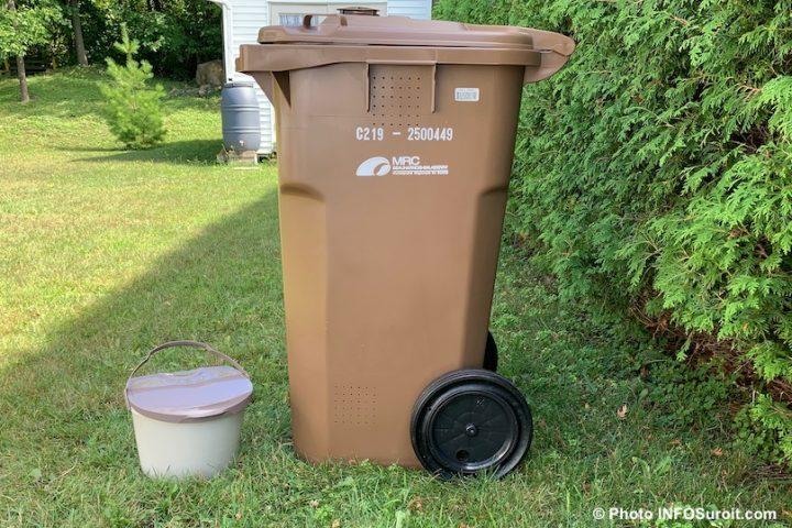 bac brun et petit bac cuisine pour residus alimentaires et compost photo INFOSuroit