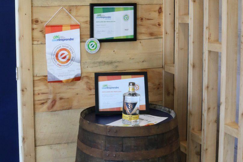 bouteille gin Distillerie 3 Lacs et certificat Defi OSEntreprendre 1aout2019 photo SADC