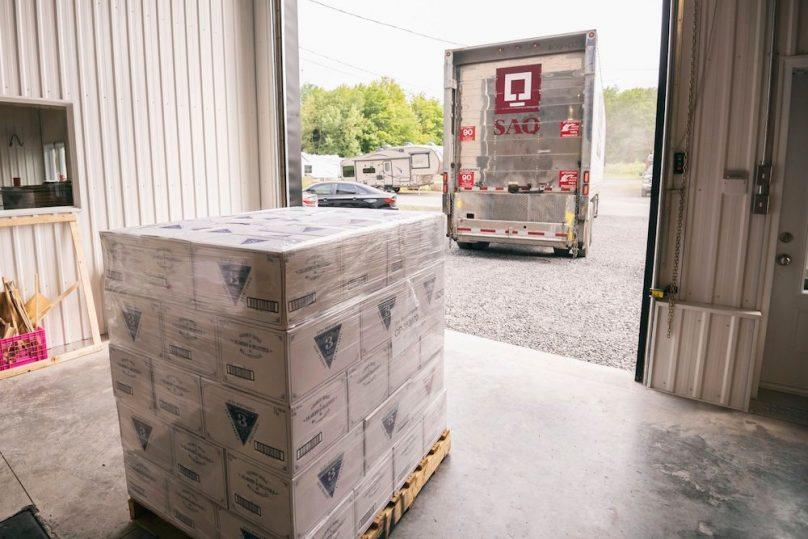 camion SAQ caisses de gin 3 Lacs photo via Distillerie 3 Lacs Facebook