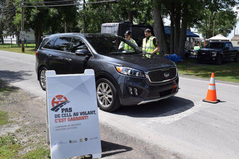 campagne securite Pas_de_cell_au_volant SQ policiers a St-Stanislas-de-Kostka photo via MRC