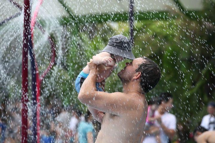 jeux d_eau parc enfant parent pere famille photo JohnsonGoh via Pixabay et INFOSuroit