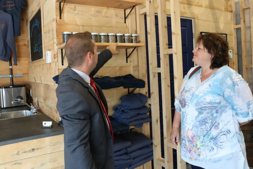 ouverture Distillerie 3 Lacs Jonathan_Pelletier SADC avec Julie_Lepine CLD photo courtoisie SADC