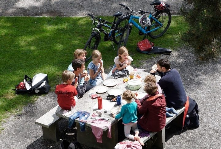 pique-nique en famille parc saison estivale photo 422737 via Pixabay et INFOSuroit