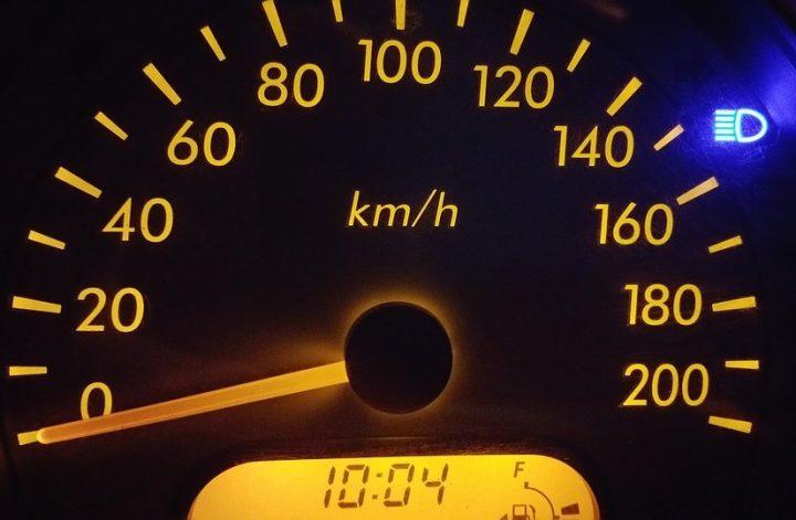 tableau de bord voiture vitesse auto photo Pexels via Pixabay et infosuroit