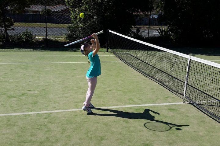 tennis parc enfant photo Bmewett via Pixabay et INFOSuroit