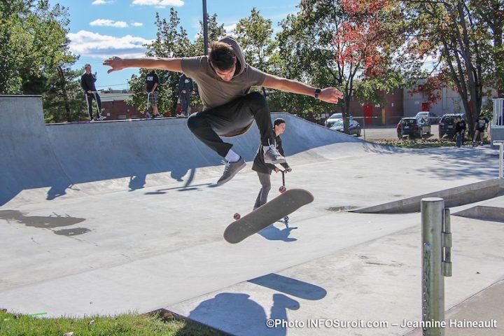 perfromance de skater au nouveau skatepark Chateauguay photo JH INFOSuroit