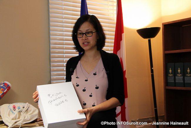 Anne_Quach et boite des enjeux 30oct2019 photo JHaineault INFOSuroit