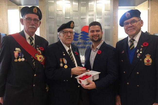campagne coquelicot 2019 membre de la Legion royale avec MLemieux maire de Valleyfield