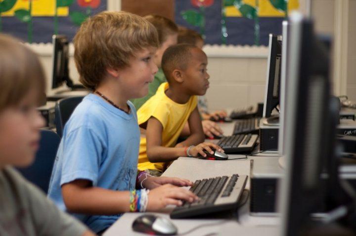 classe eleves ecole ordinateurs jeunes etudiants photo Cheryl23 via Pixabay et INFOSuroit