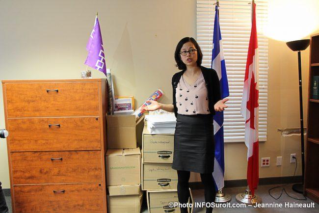 ex-deputee Salaberry-Suroit Anne_Quach avec dossiers pour nouvelle deputee 30oct2019 photo JH INFOSuroit