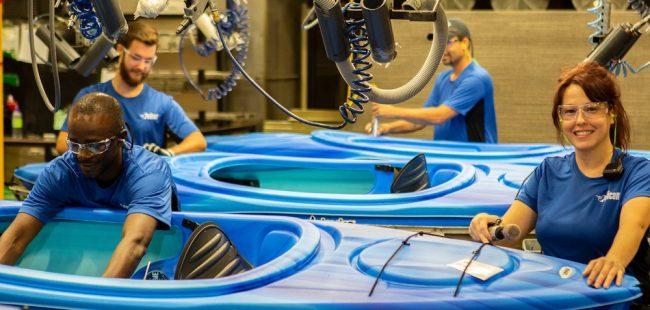 aide assemblage de kayaks production travailleurs usine photo Pelican