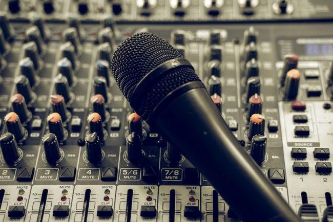 console mixer micro balado photo ThorstenF via Pixabay et INFOSuroit