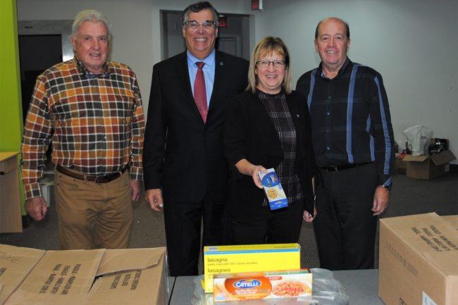 representants Guignolee de Mercier avec le DG RChalifoux et mairesse LMichaud photo courtoisie