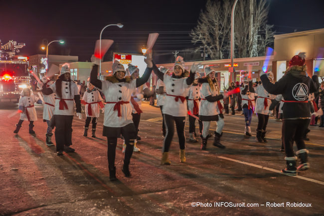 defile-de-Noel-2019-Chateauguay-animation-danseurs-photo-Robert_Robidoux-INFOSuroit