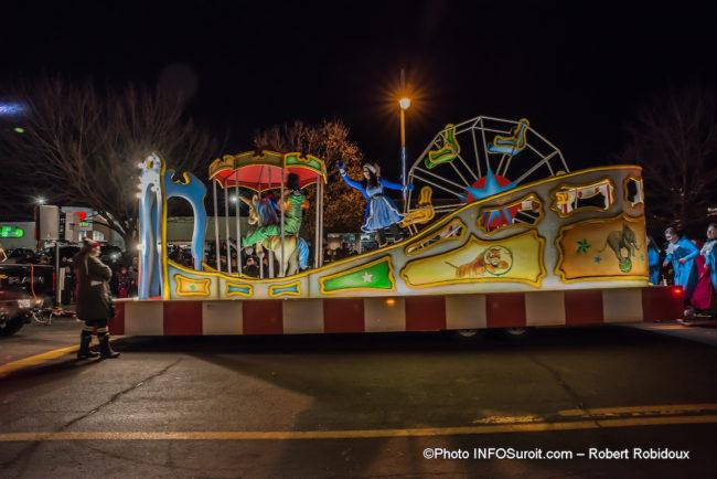 defile-de-Noel-2019-Chateauguay-char-allegorique-cirque-photo-Robert_Robidoux-INFOSuroit