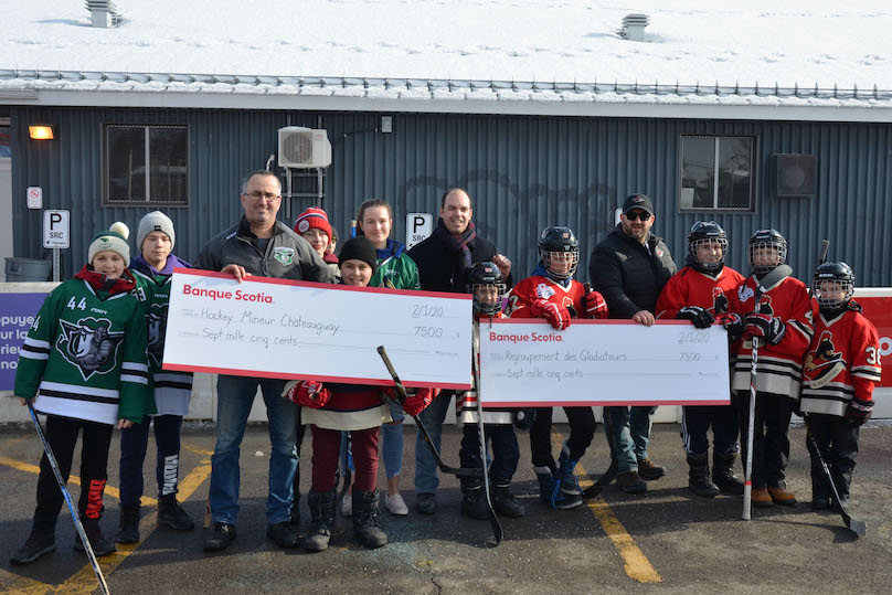 Tournee Hockey_d_ici Rogers a Chateauguay remise argent Hockey mineur photo via Ville