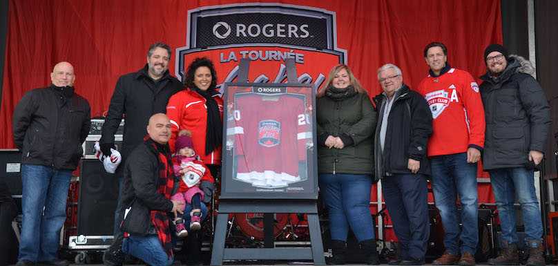 Tournee Hockey_d_ici Rogers a Chateauguay remise de cadeau Ville joueurs MDionne et PBrisebois et plus photo courtoisie Ville