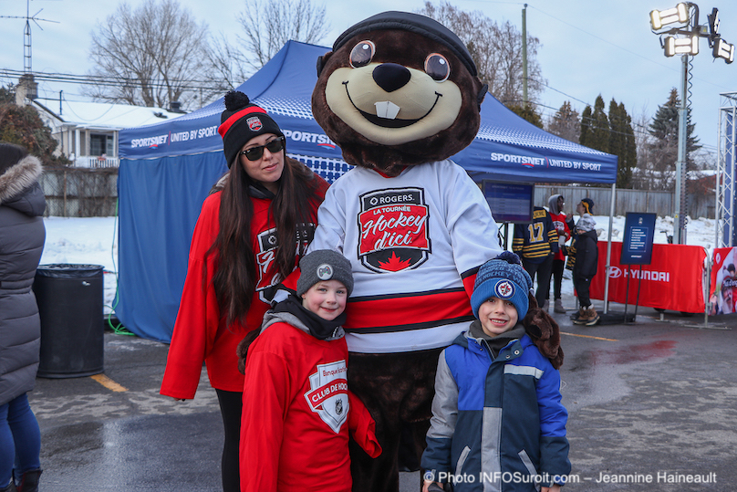 Tournee Hockey_d_ici de Rogers a Chateauguay mascotte et jeunes photo JH INFOSuroit