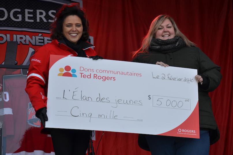 Tournee Hockey_d_ici de Rogers a Chateauguay remise cheque Elan des jeunes photo via Ville