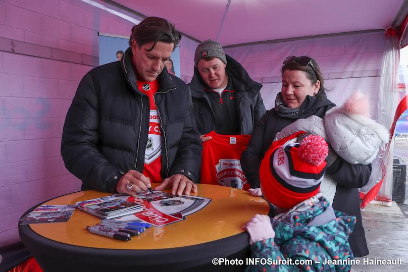 Tournee Hockey_d_ici de Rogers a Chateauguay seance autographes Patrice_Brisebois photo JH INFOSuroit