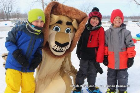 enfants et mascotte carnaval hiver St-Stanislas-de-Kostka 2019 photo JH INFOSuroit