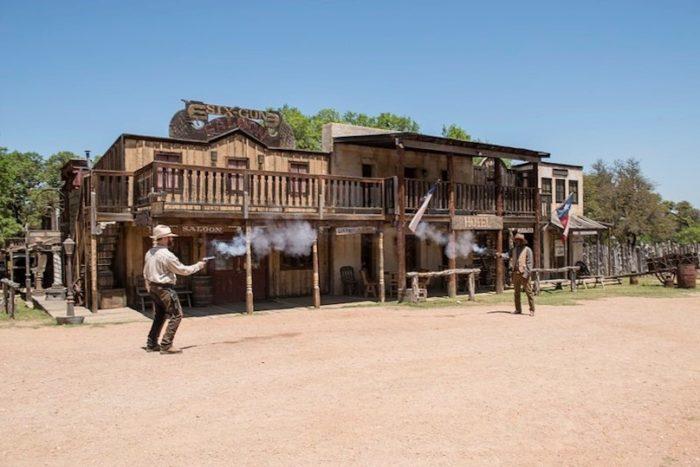 far west cowboys saloon photo courtoisie DEV VS