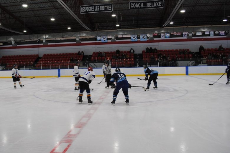 hockey match amical policiers Mercier et eleves ecole Bonnier 21fev20 photo courtoisie
