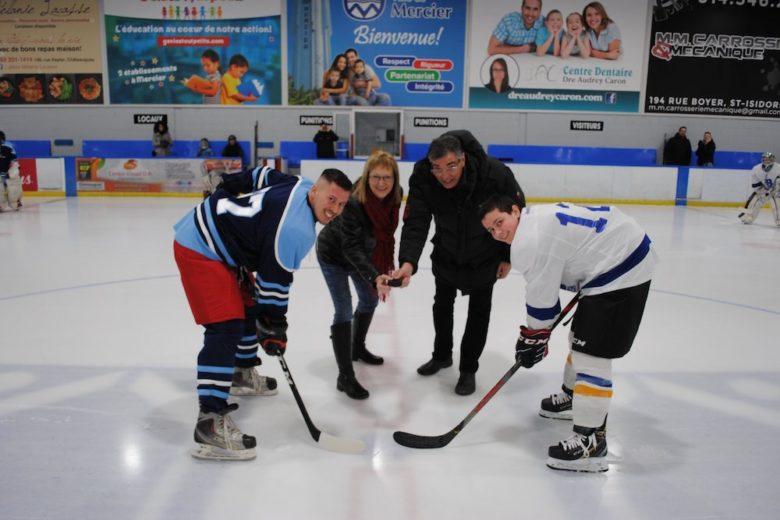 hockey policiers Mercier contre eleves ecole Bonnier 21fev20 mise au jeu protocolaire photo courtoisie